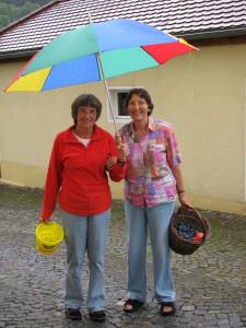 Zwei Schwestern haben im Garten geerntet