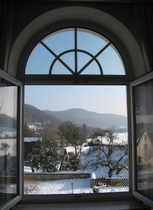 Blick aus dem Fenster im Gästehaus in die Winterlandschaft