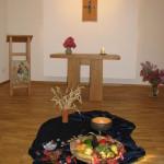 Kapelle mit Erntedankgaben