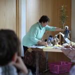 Sr. Mirjam beim Kinderbibeltag mit den Egli-Figuren
