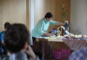 Sr. Mirjam beim Kinderbibeltag mit ihren Egli-Figuren