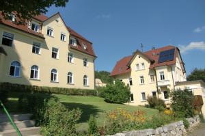 links das Gästehaus und rechts das Schwesternhaus