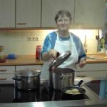 Sr. Mirjam beim Kochen