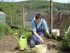 Sr. Sarah bei der Gartenarbeit